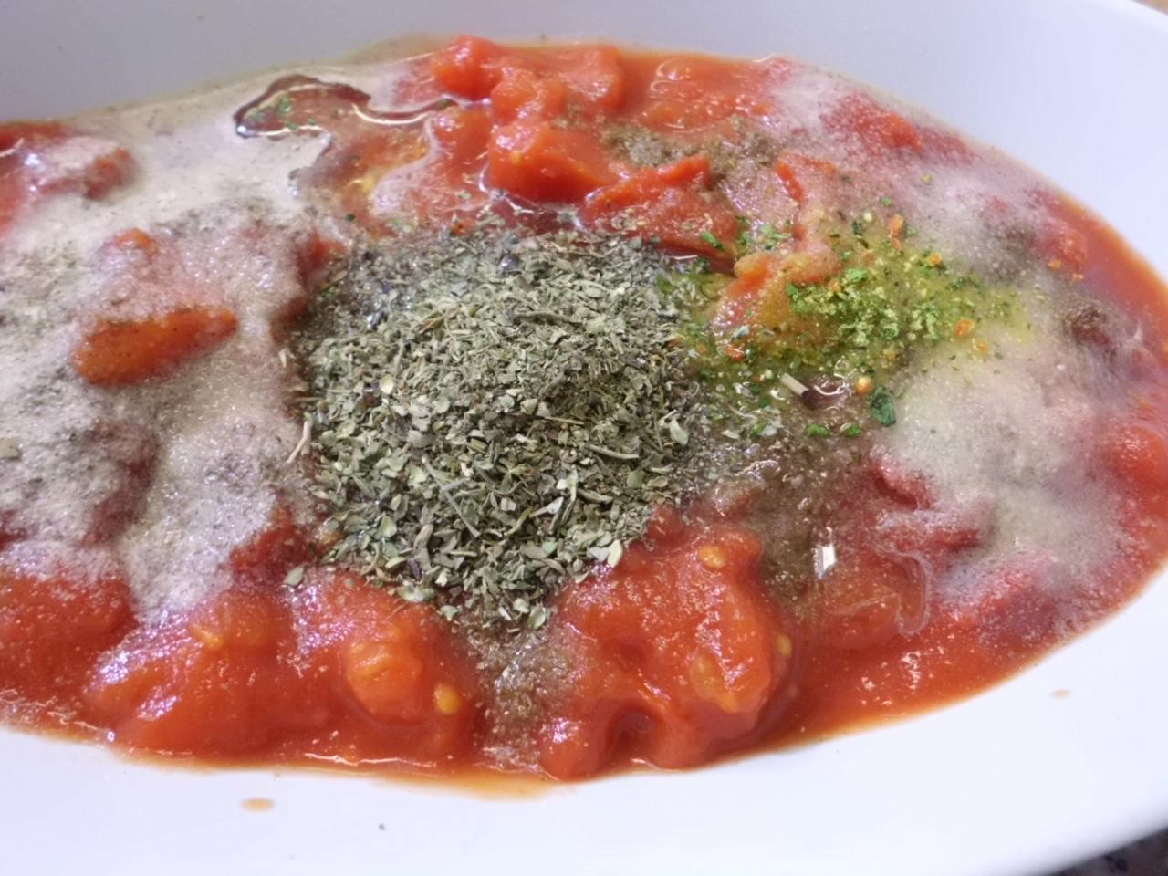 die Tomatensauce mit mit Pfeffer und Salz, Gewürze und Kräuter abgeschmeckt