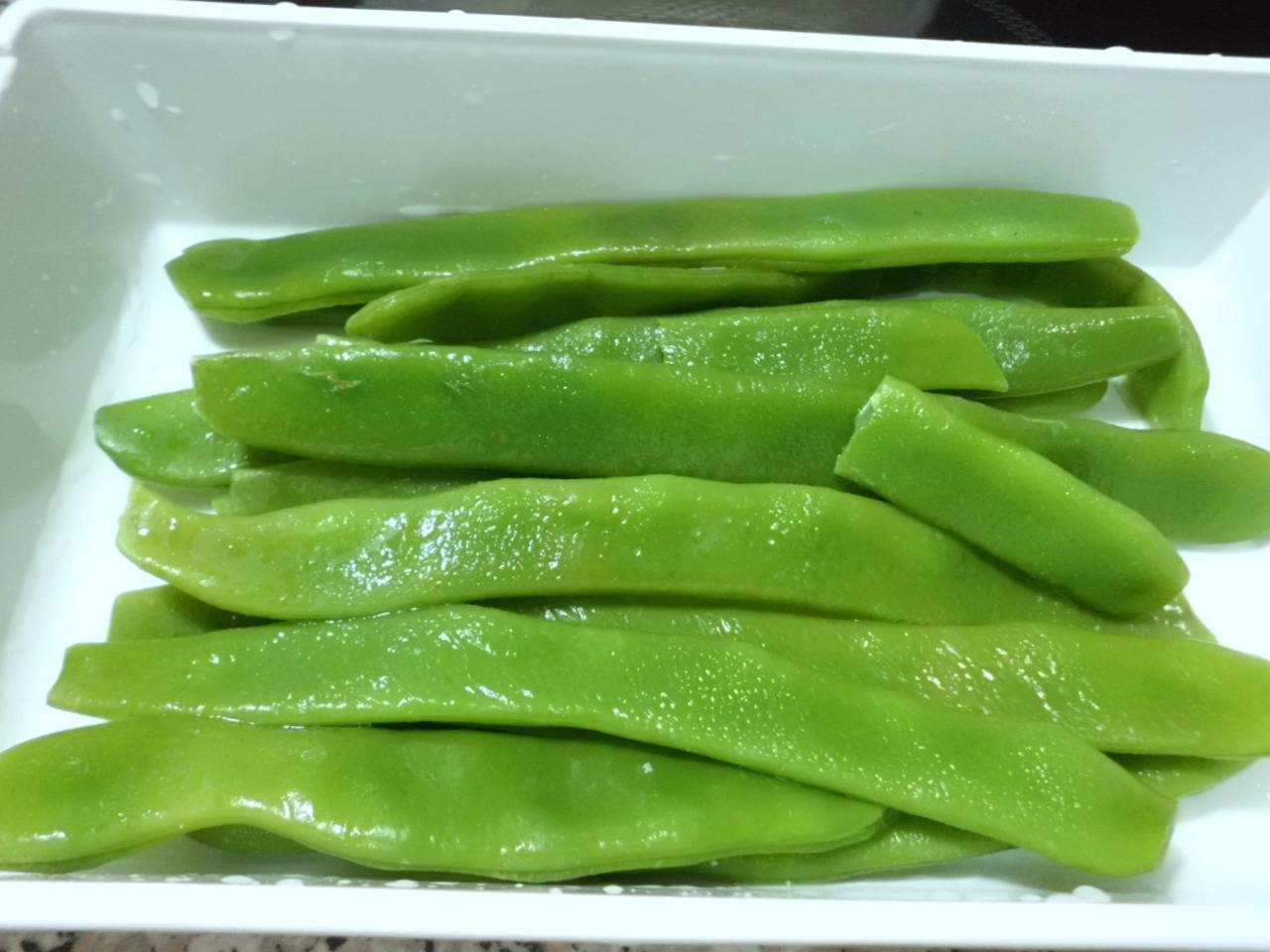 Grüne Bohnen blanchieren und in Karos schneiden