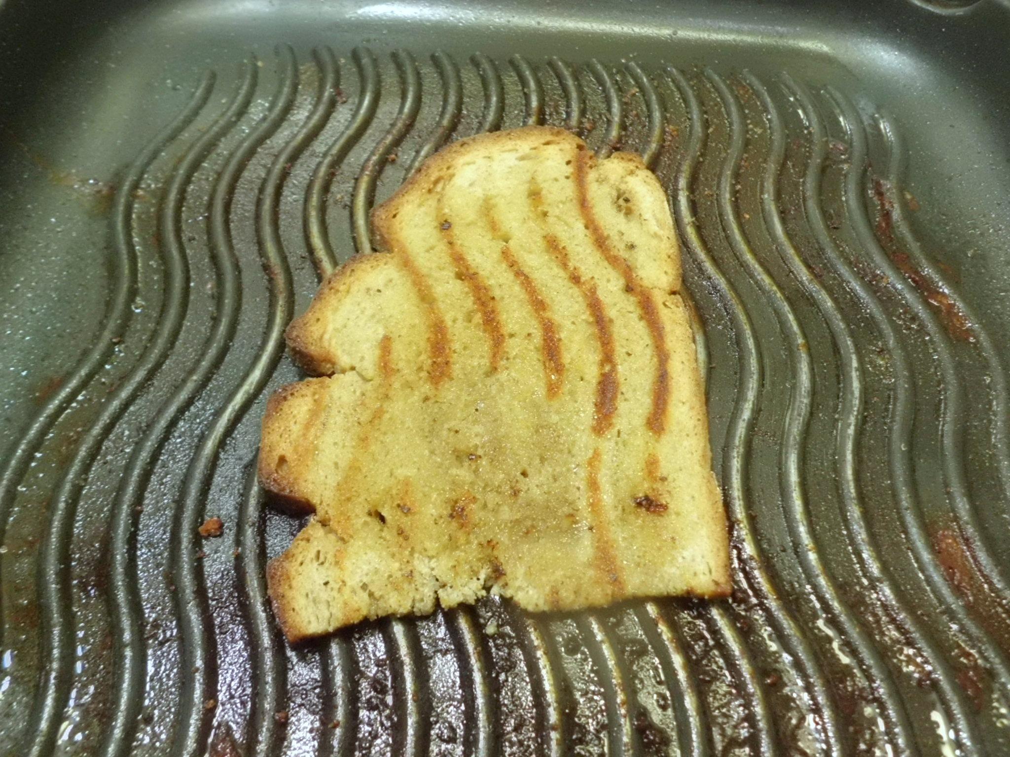 Brotscheiben mit etwas Olivenöl betreufeln und in der Grillpfanne kross grillen,dann mit einer Knoblauchzehe einreiben