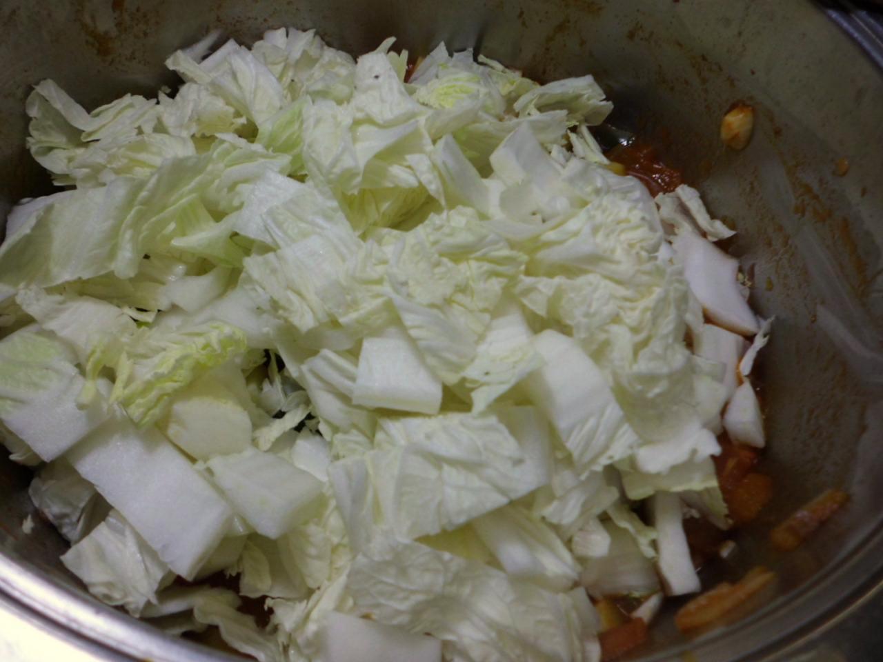 wenn die Kartoffel fast gar sind kommen Chinakohl und Zucchini dazu und aufkochen