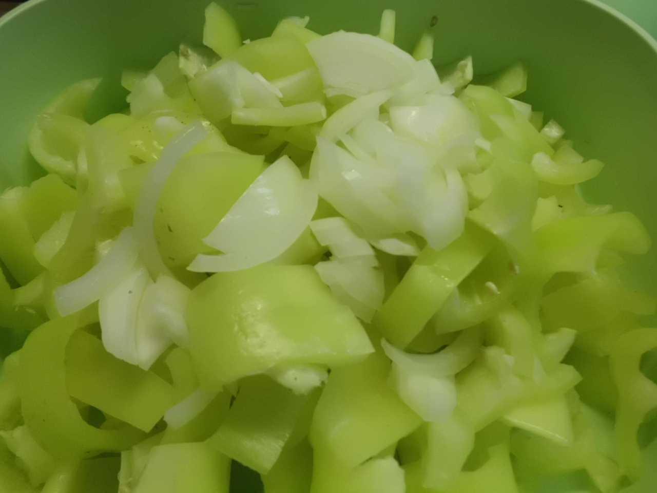 Paprika in kleine Stücke schneiden und die kleine Zwiebel dazu geben