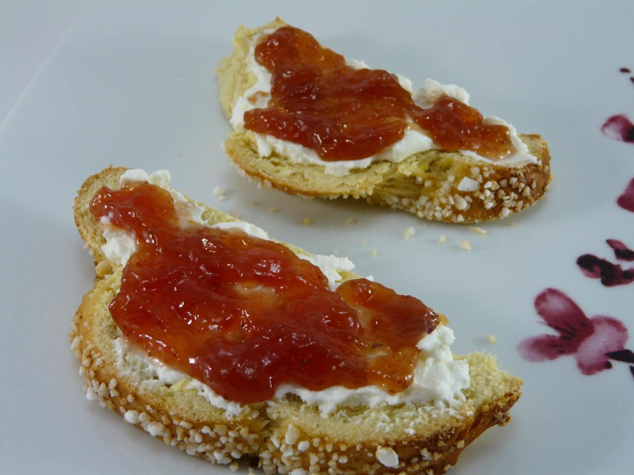 die Scheiben mit Butter und Marmelade belegen