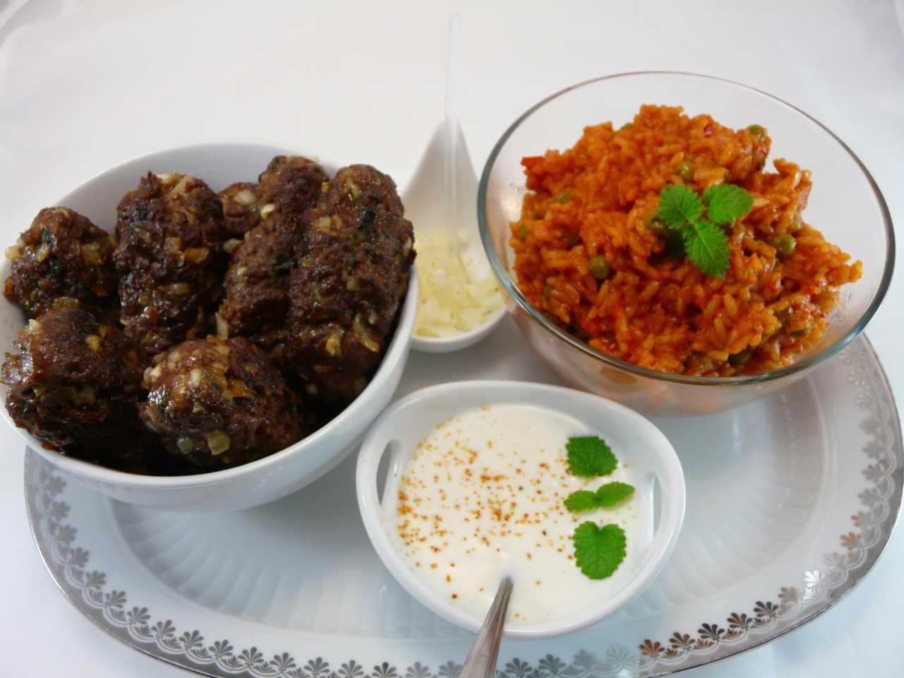 Cevapcici mit Djuvec Reis Joghurt Dip und Zwiebeln