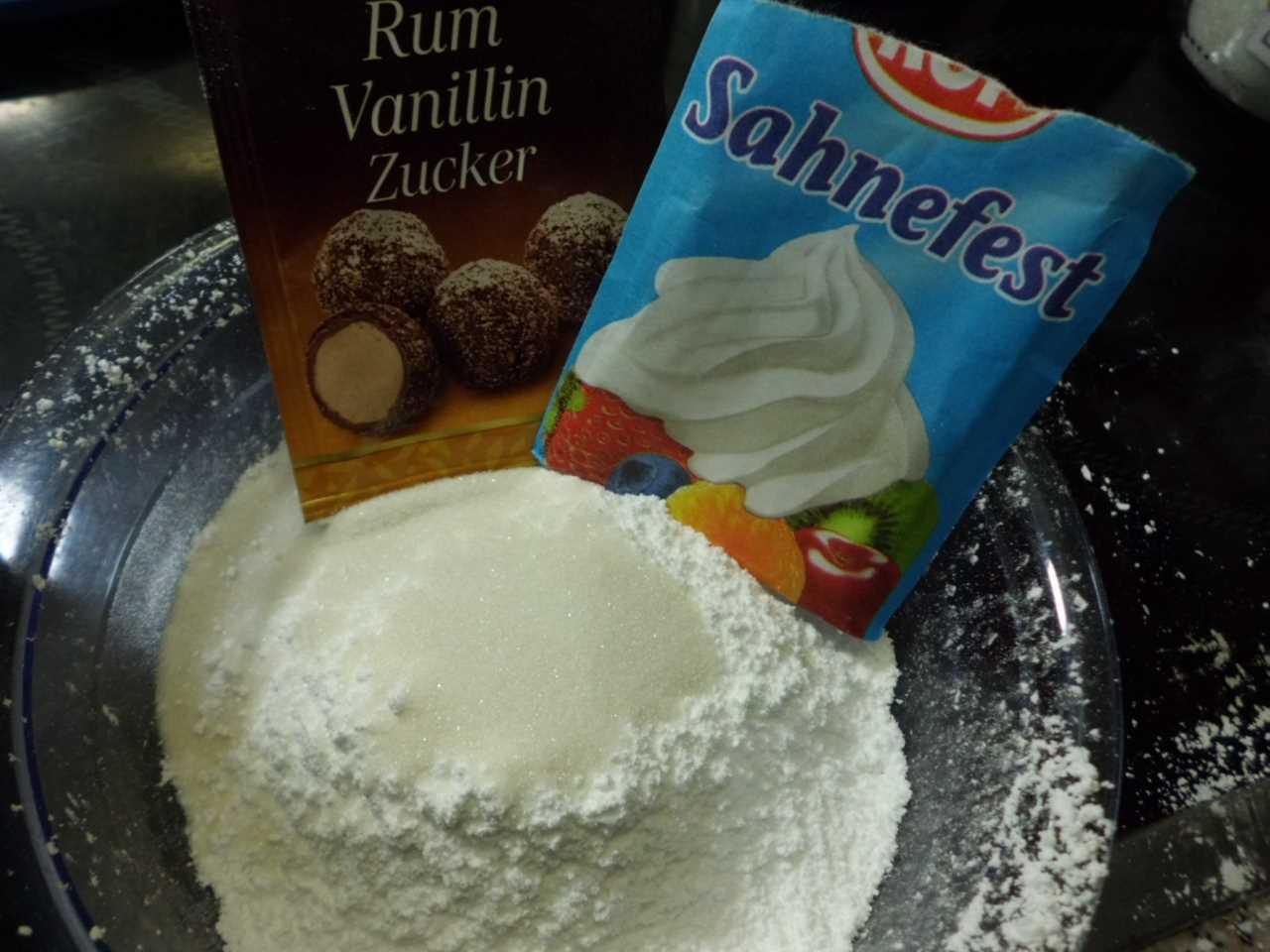 Sahnefest und Zucker vermischen