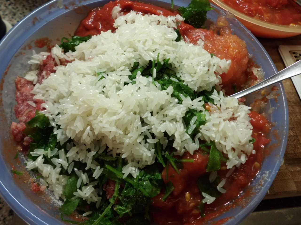 Petersilie und Reis untermischen
