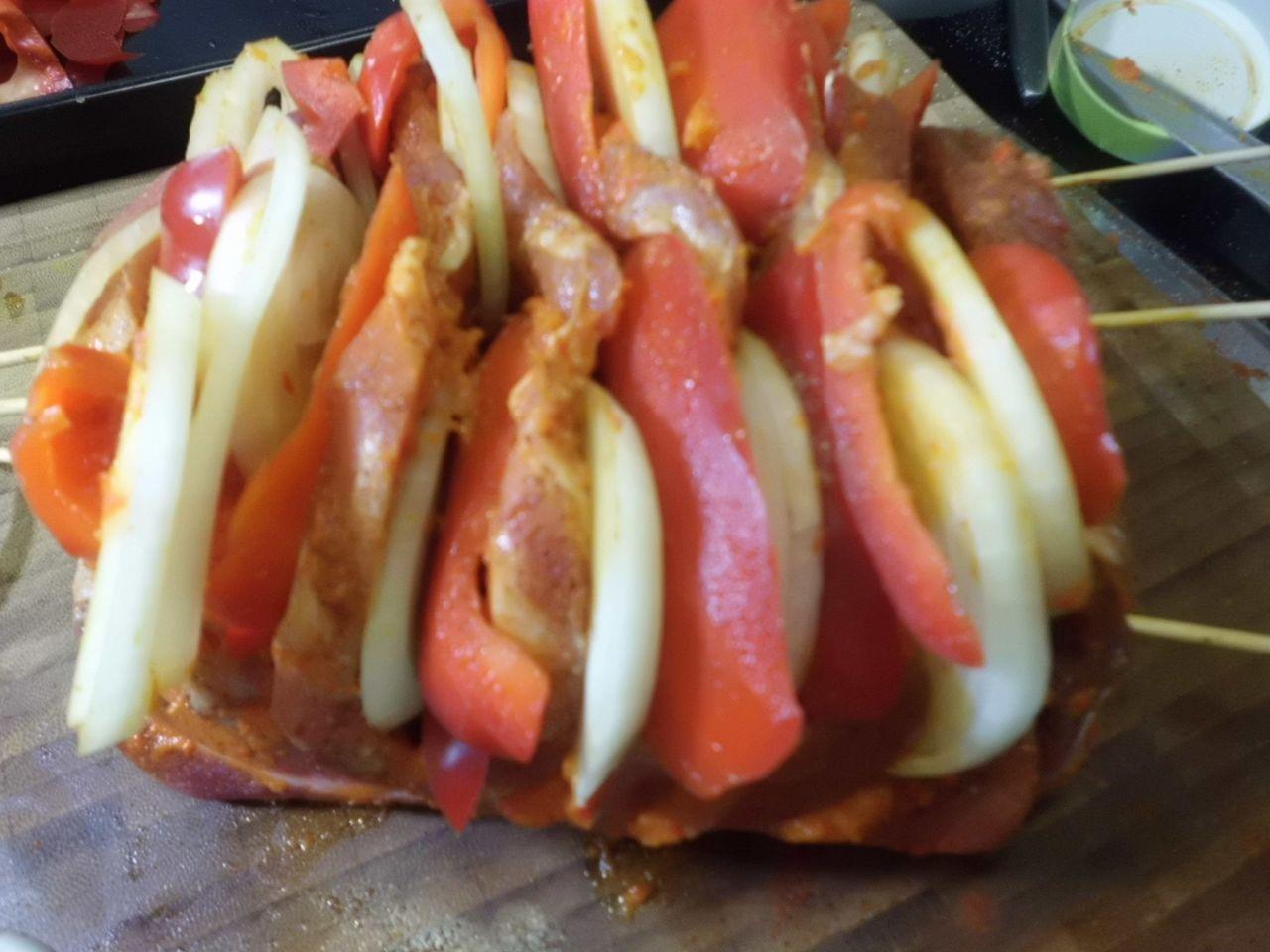 Den Schweinebraten mit Paprika und Zwiebeln füllen