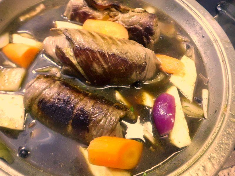 angebratene Rinderrouladen in Rinderbrühe mit Wurzelgemüse  kochen