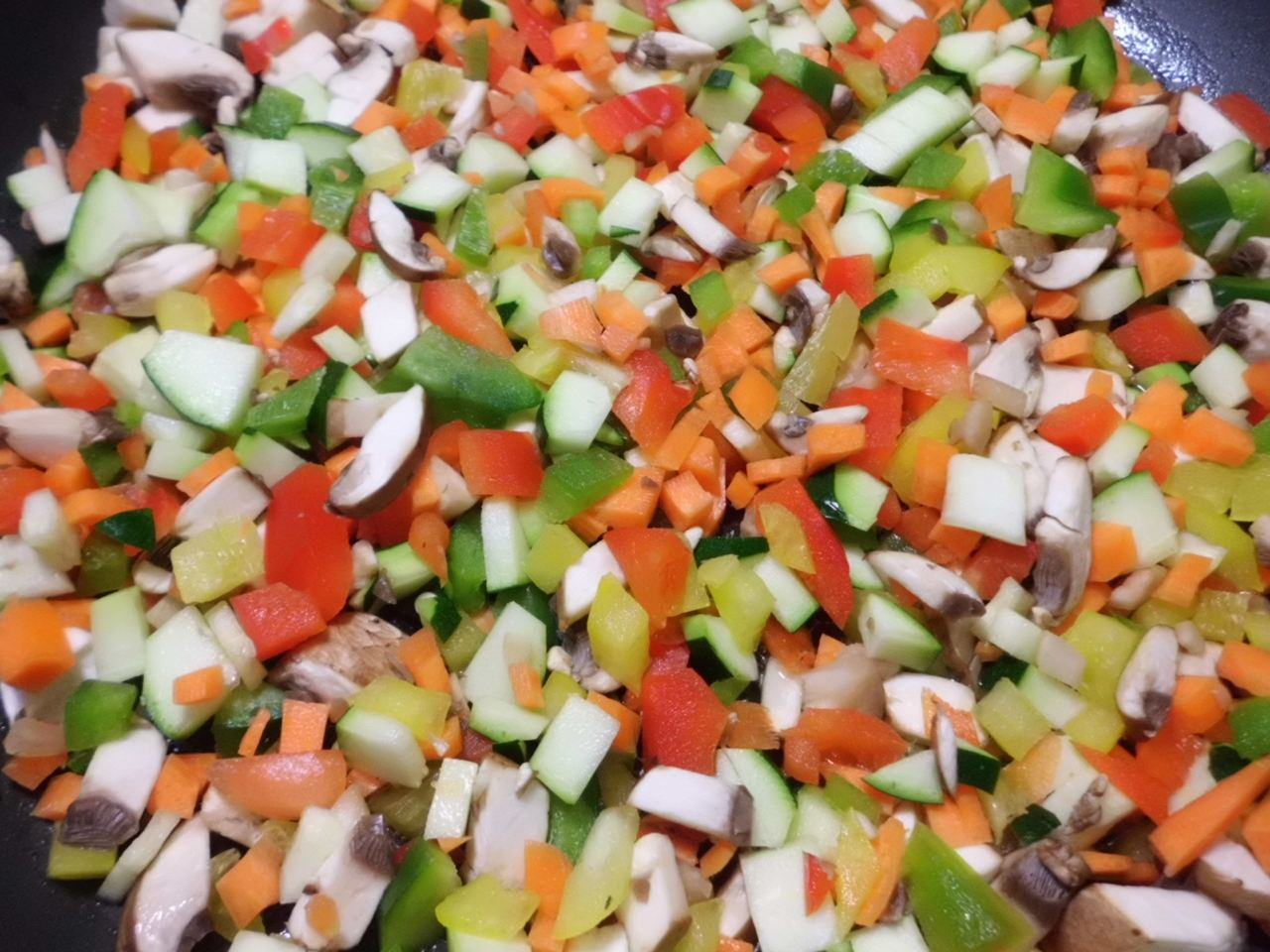 Gemüse in feine Würfel schneiden in der Pfanne andünsten