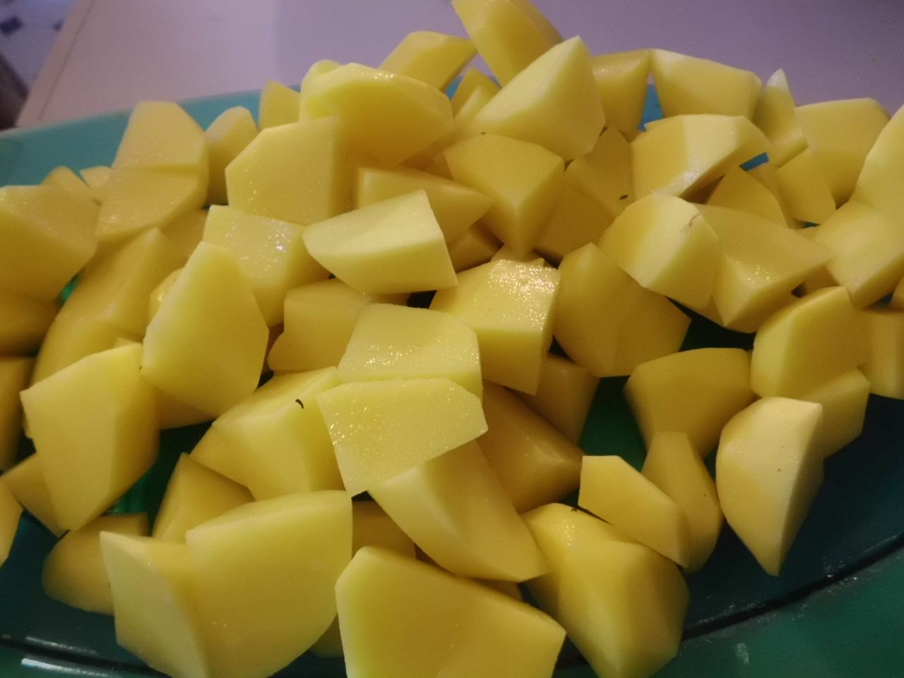 Kartoffelwürfel dazu geben und gar kochen