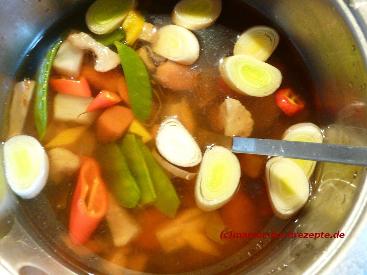 Gemüse-Grundbrühe ist fertig gekocht