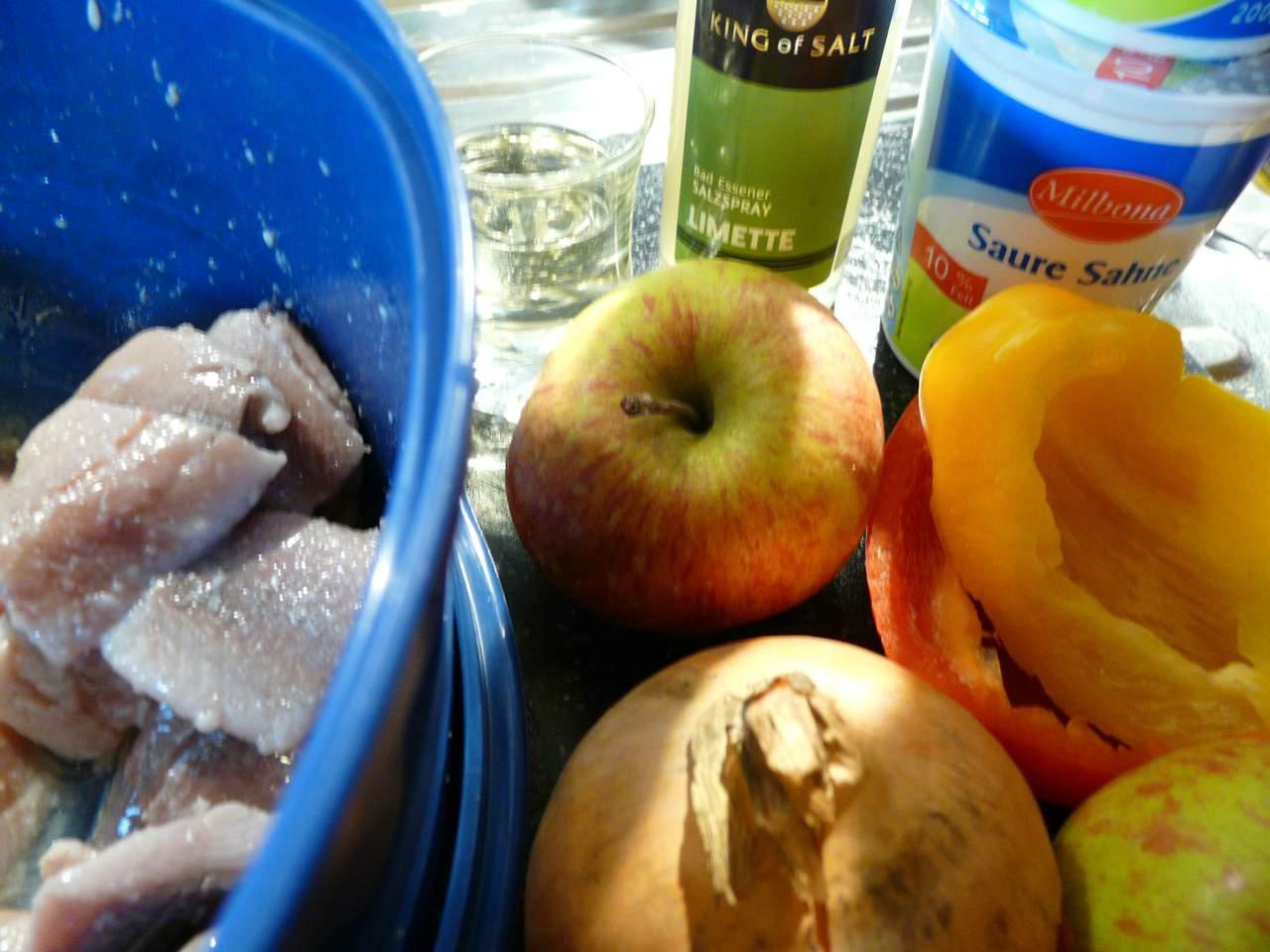 Zutaten: Matjes, Äpfel, Zwiebel, Paprika, Petersilie, Saure Sahne und Sahne, Zitronensaft, Essig, Zucker