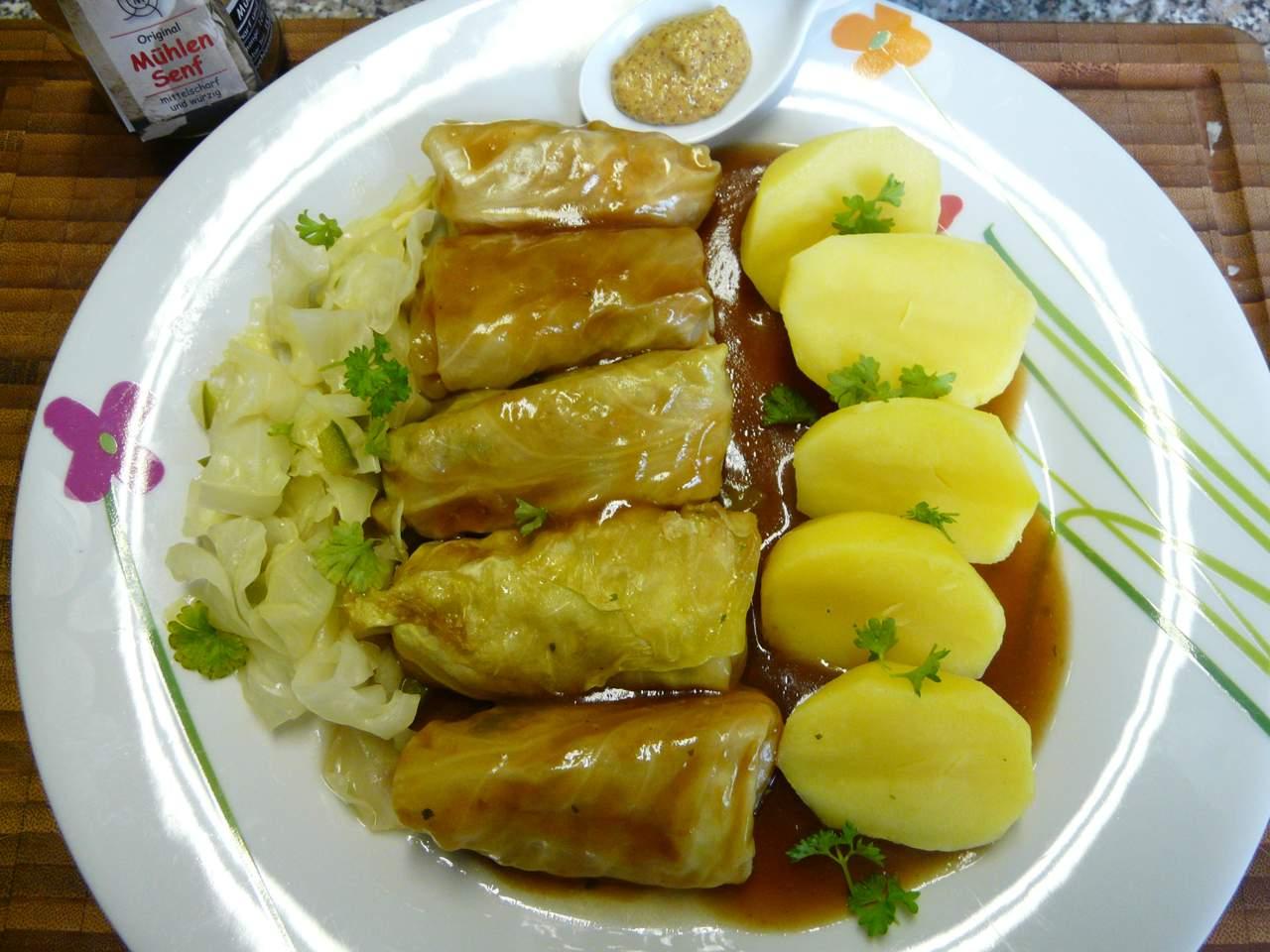 fertiges Rezept Salzkartoffeln mit Spitzkohlrouladen in brauner Sauce