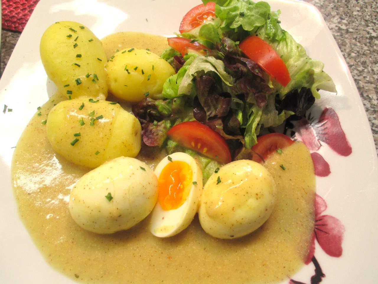 Senfsoße mit Eier, Kartoffeln und Blattsalat