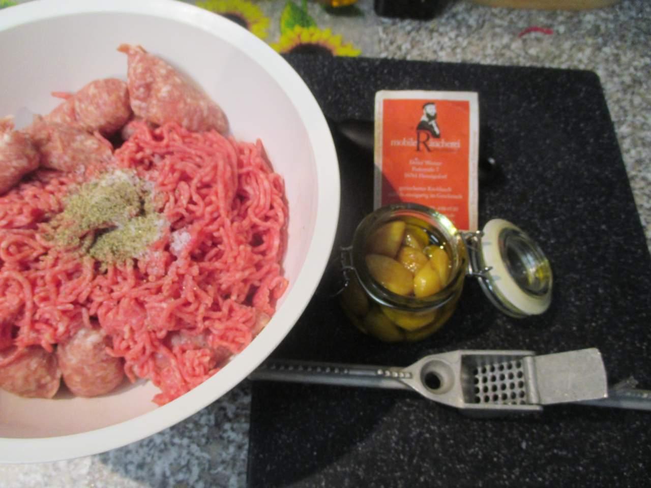 Zutaten: frische Bratwurst, Hackfleisch halb und halb, Gewürze und geräucherte Knoblauchzehen