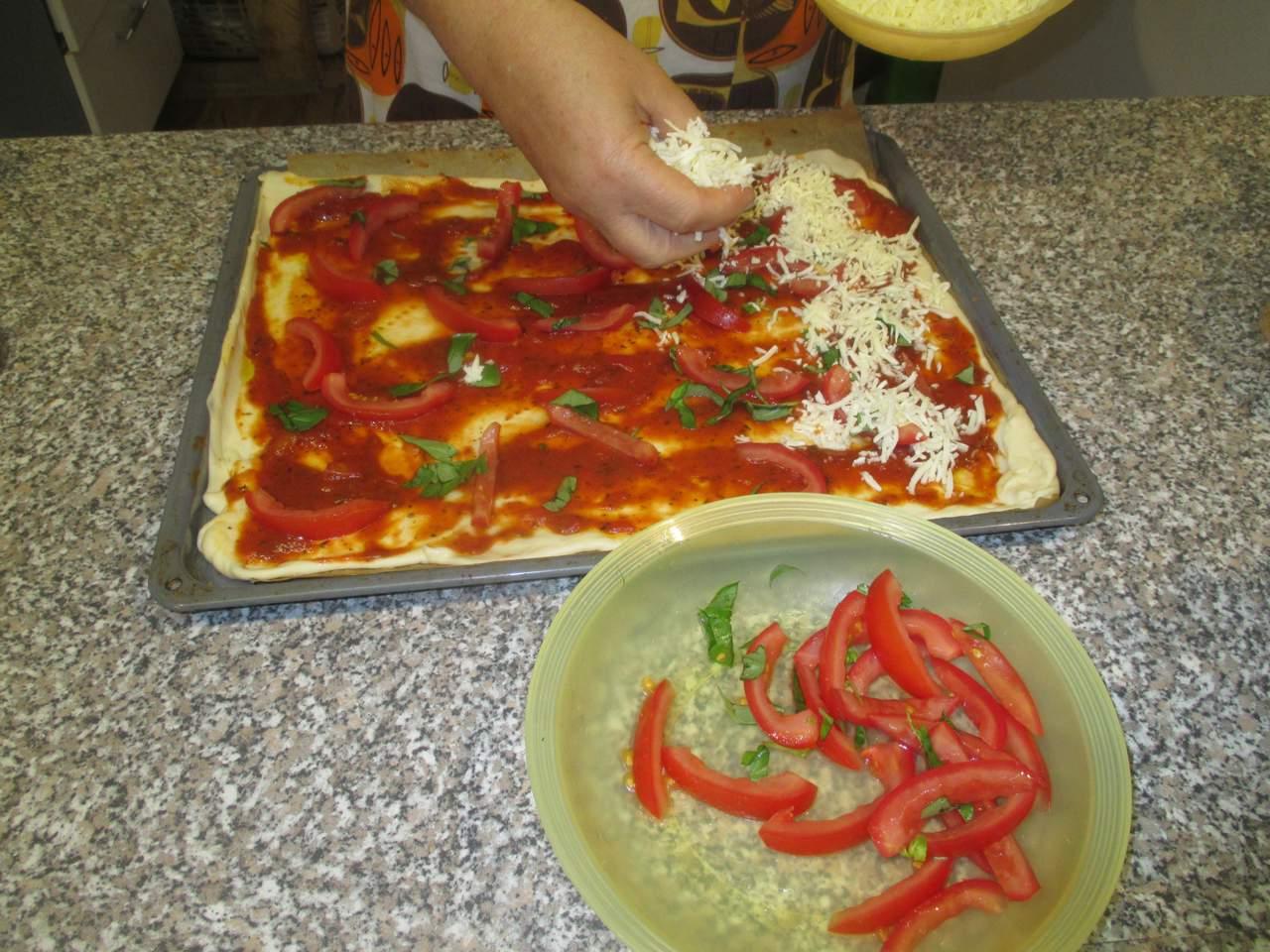 Die Tomatensoße verstreichen