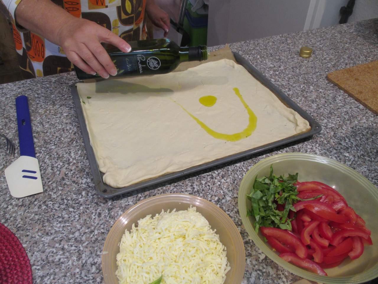 mit der Gabel den Teig anpicken und das Olivenöl verteilen