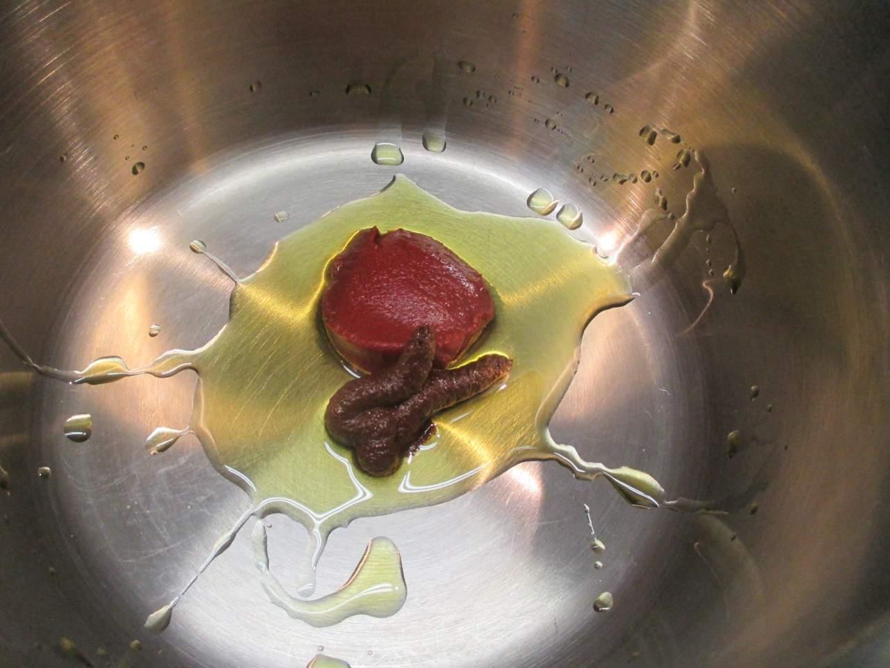 Andünsten von Tomatenmark und Paprikamark
