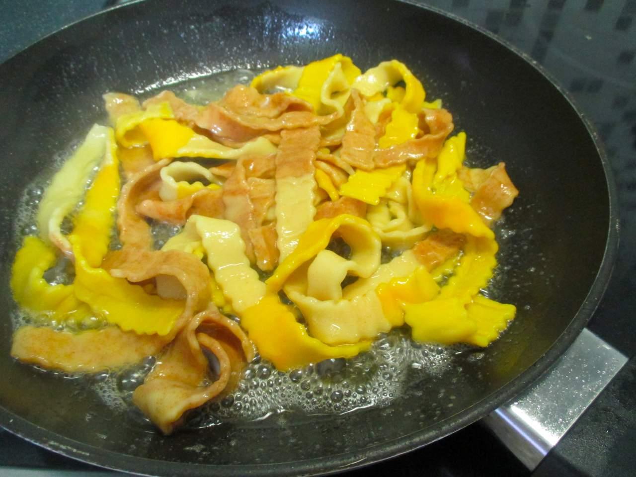 In einer Pfanne mit Butter und Olivenöl die Nudeln kurz schwenken