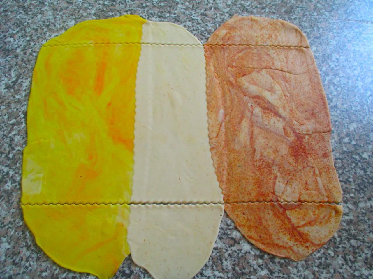 Drei eingefärbte Teigstreifen ausrollen damit die Nähte verkleben