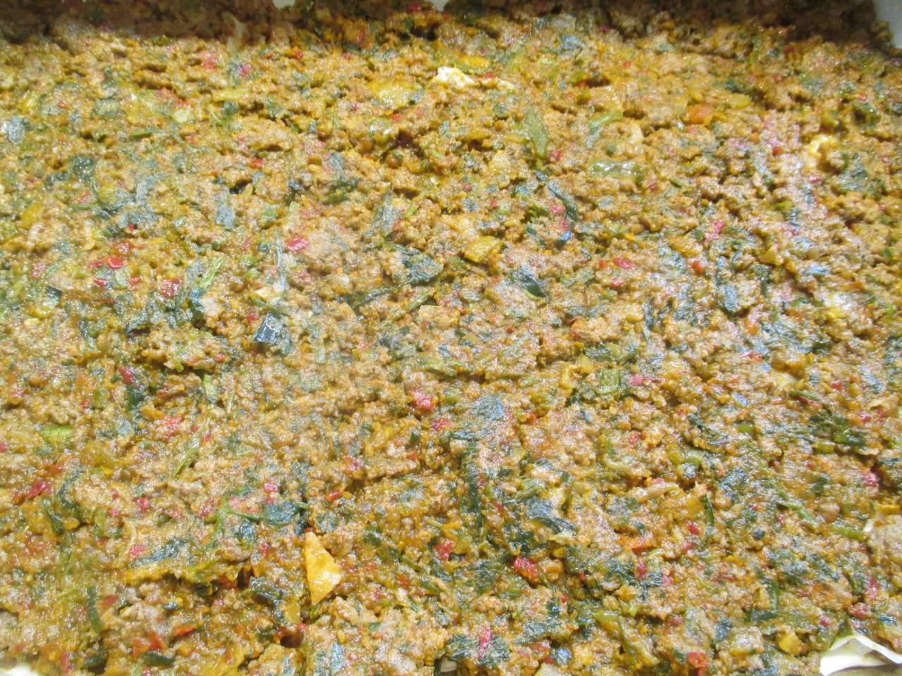 2. Schicht: Die Kräuter-Gemüse Hackfleischfüllung darauf verteilen dann wieder Yufka Blätter