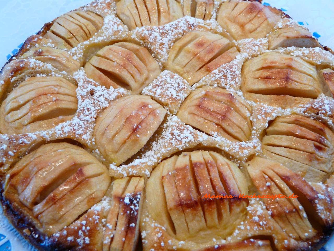 Apfelkuchen mit Puderzucker bestreut