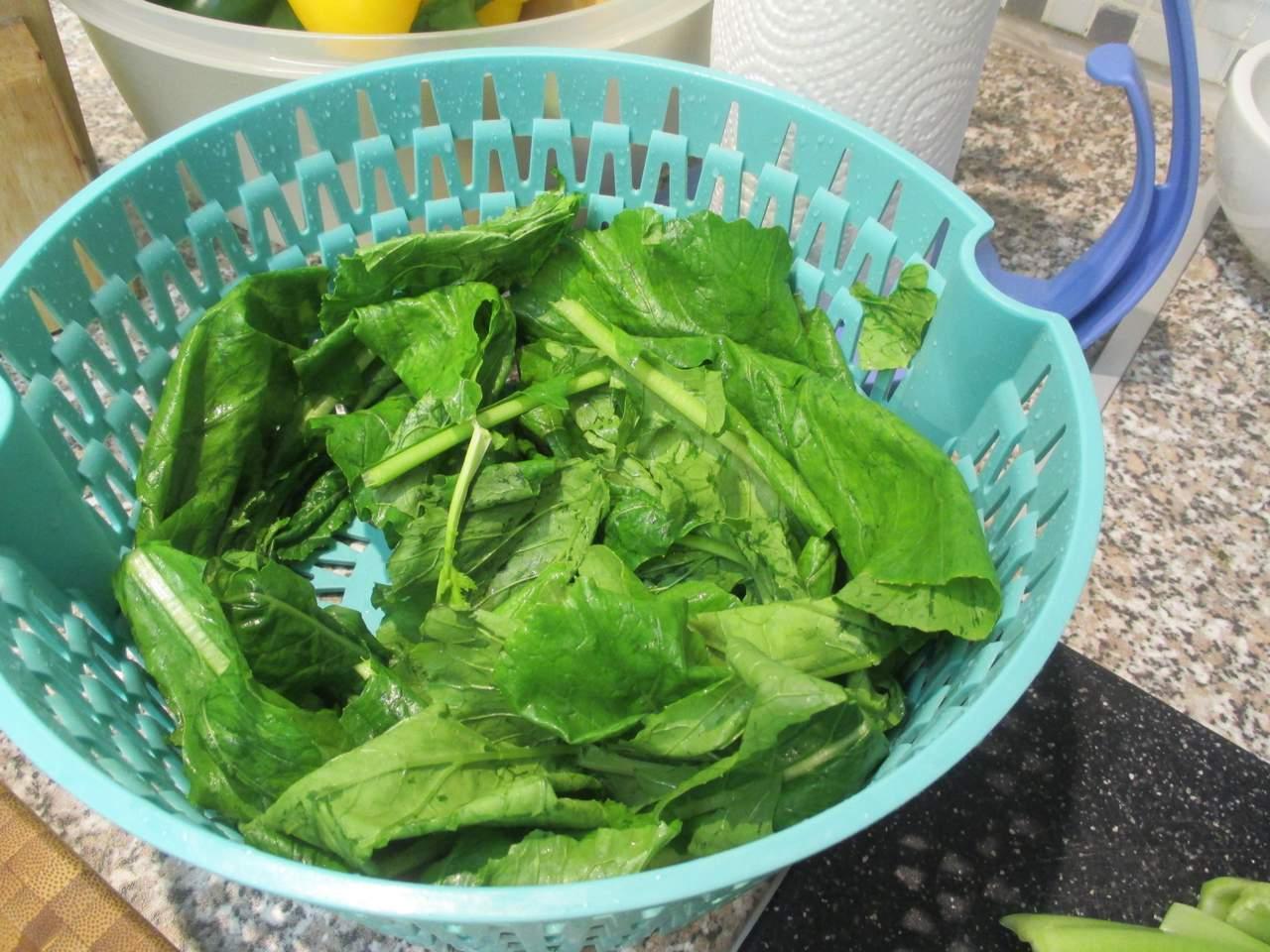 Das Blattgrün der Mairübe wird zum Schluss in die Suppe gegeben