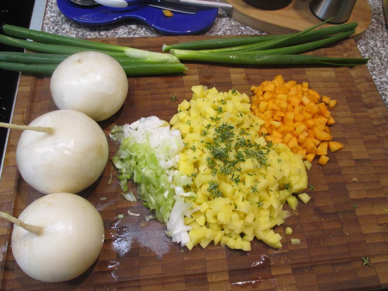 Gemüse putzen in feine Würfel schneiden