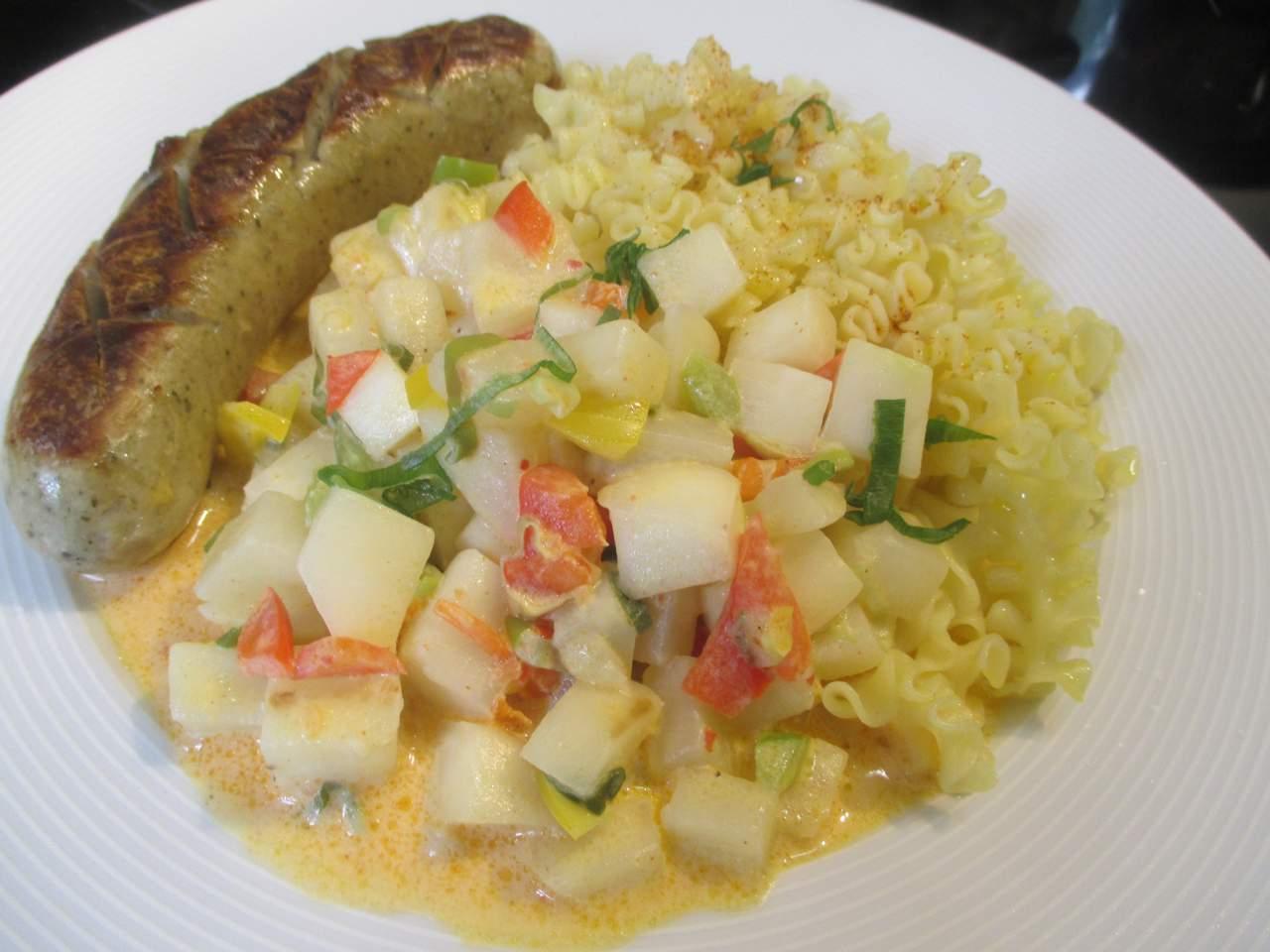 Fertiges Gericht frühlimgszartes Mairübchen Gemüse mit Nudeln und Bratwurst