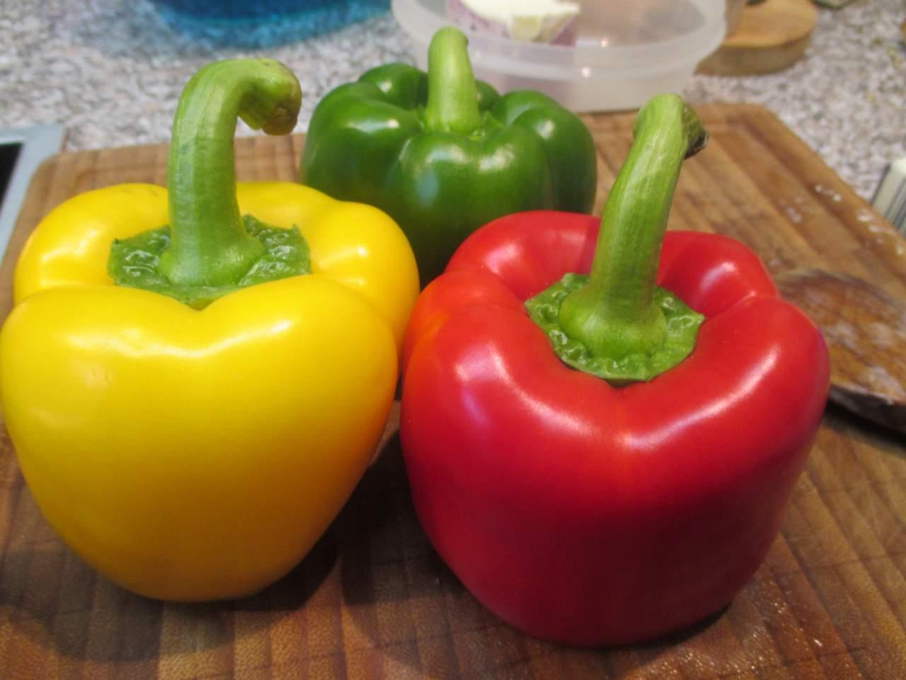 Paprika  schälen entkernen und in feine Würfel schneiden