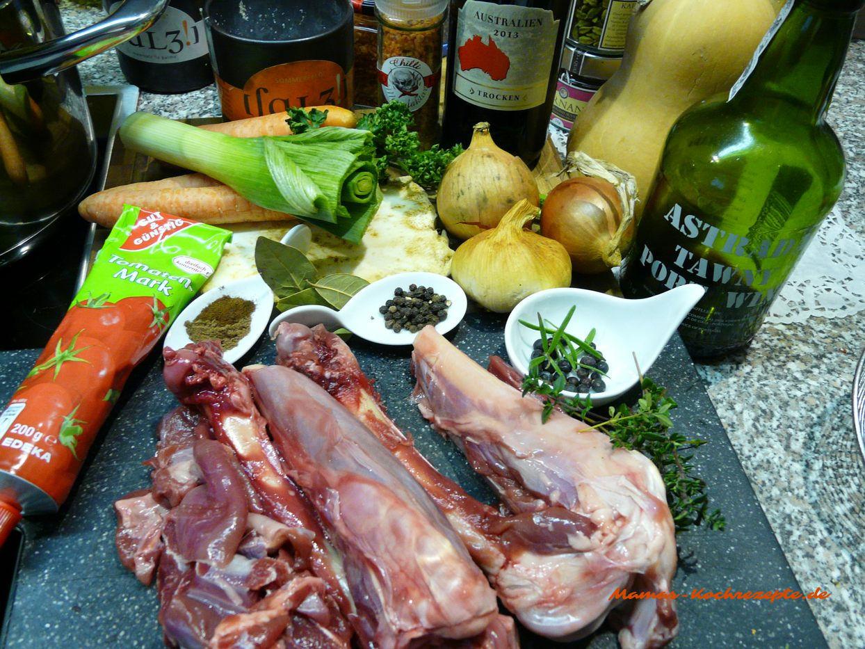 Zutaten Rehknochen und Fleisch mit Zutaten für einen Wildfond