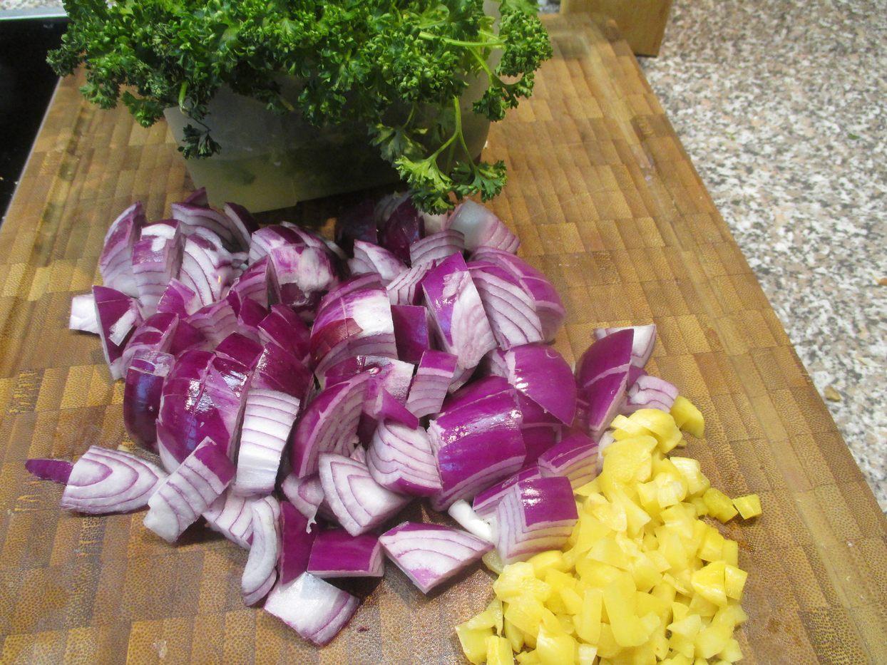 Zwiebeln und geräucherten Knoblauch in Würfel schneiden