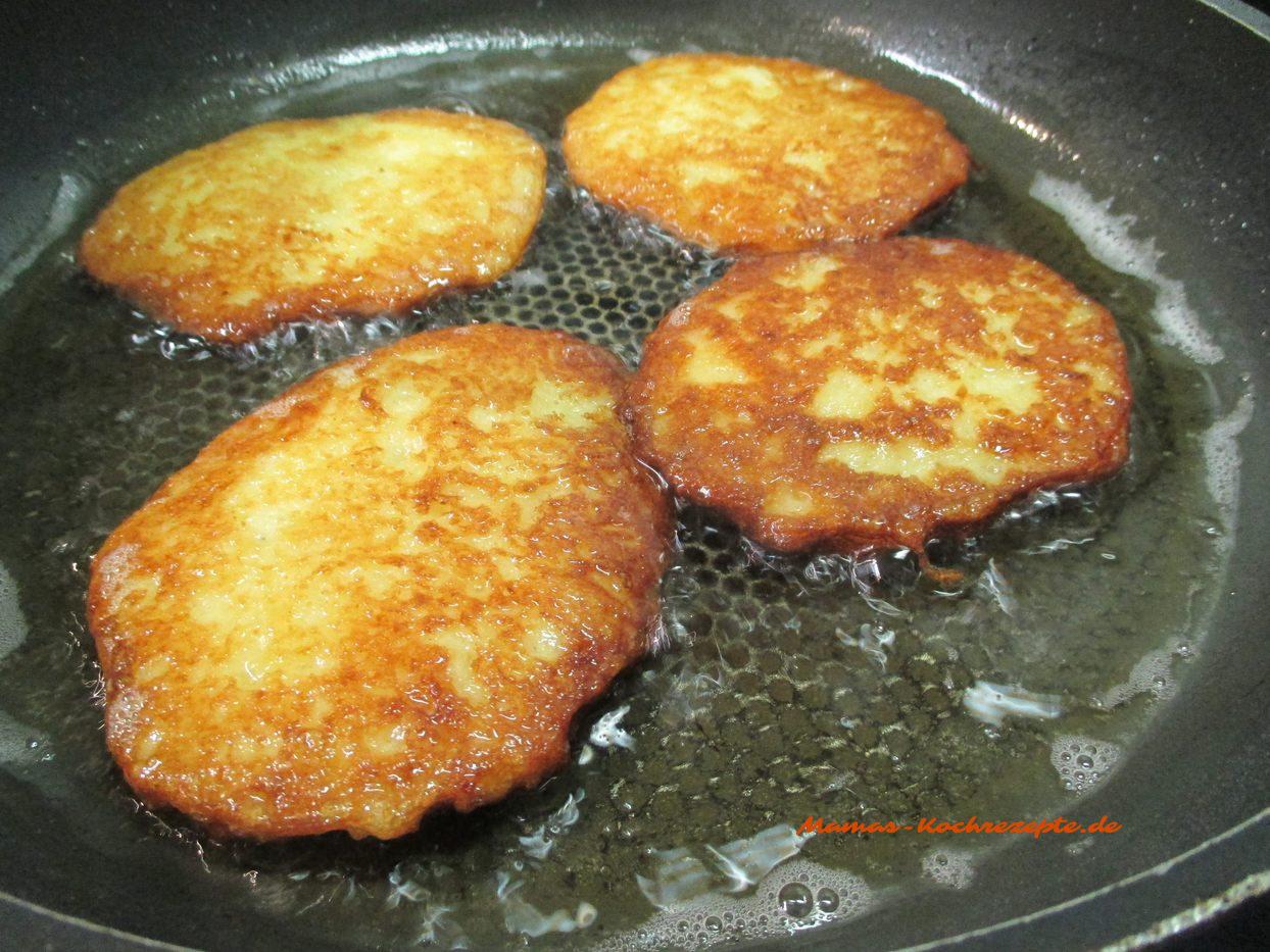 Fetig gebackene Kartoffelpuffer, Reibekuchen, Reibeplätzchen