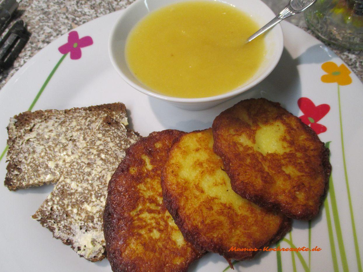 Gegessen werden die Kartoffelpuffer mit Apfelkompott und Schwarzbrot mit Butter