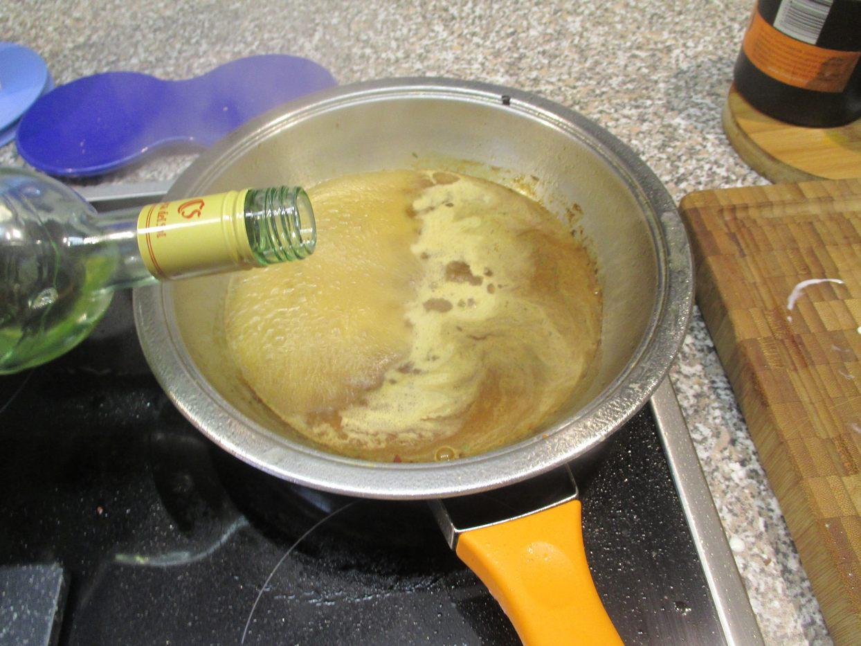Bratensatz ablöschen mit Weißwein und einreduzieren lassen