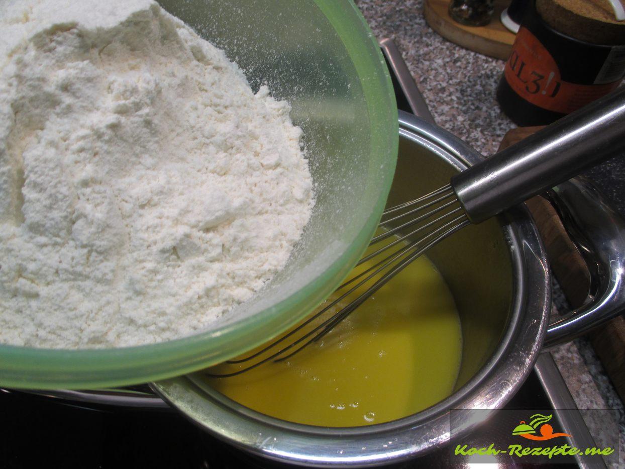 Gesiebtes Mehl einrühren in das Butterwasser
