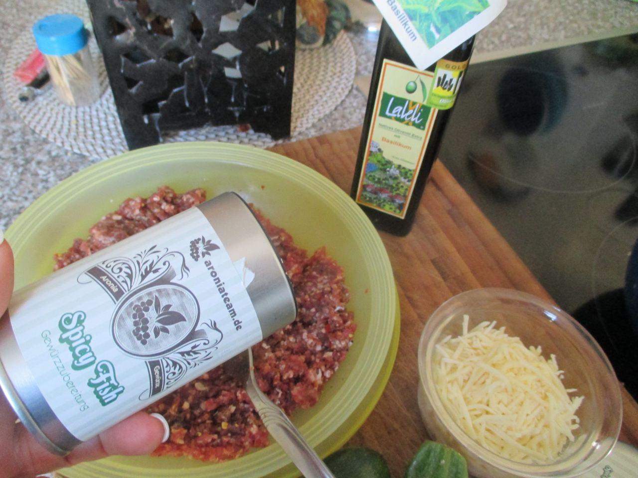 Hackfleisch mit, Ei, Knoblauchsalz, Aronia Gewürz und Basilikum mischen