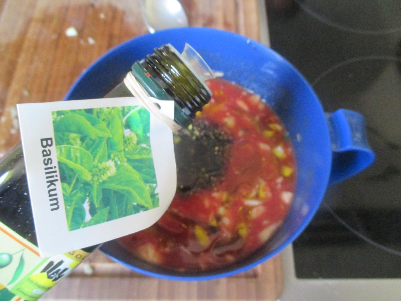 Mit Basilikum-Olivenöl  die Zucchini-Tomatensauce pikant  würzen