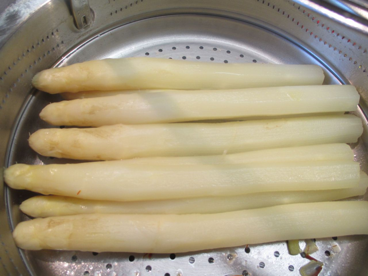 fertiger Spargel mit etwas zerlassener Butter übergießen und mit Salzblüten fein bestreuen