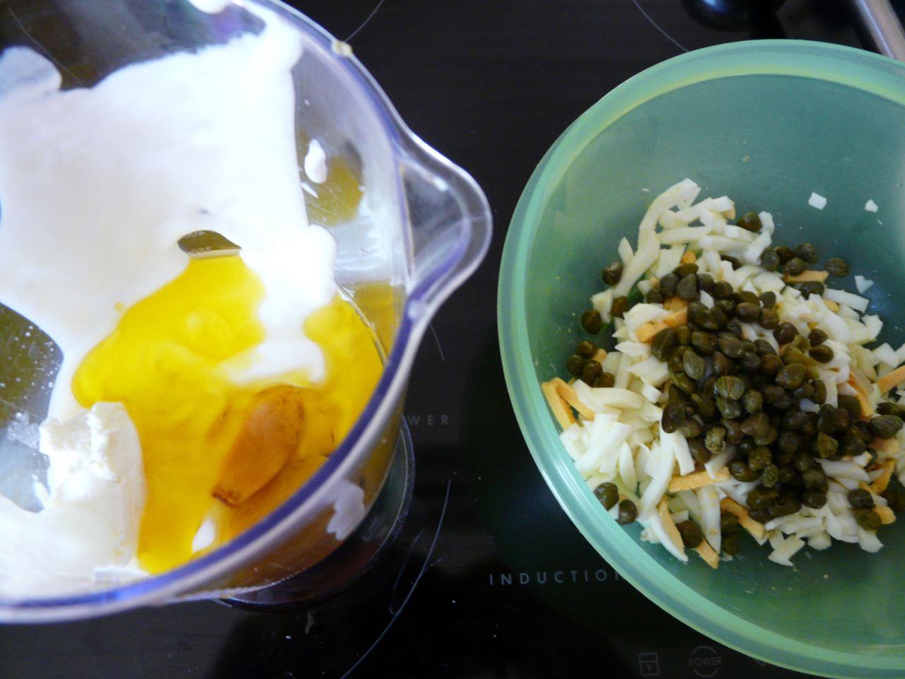 Zutaten: Gekochte Eier, Joghurt, Kapern, ger.Knoblauch und Knoblauchöl, Senf, Pfeffer und Salz
