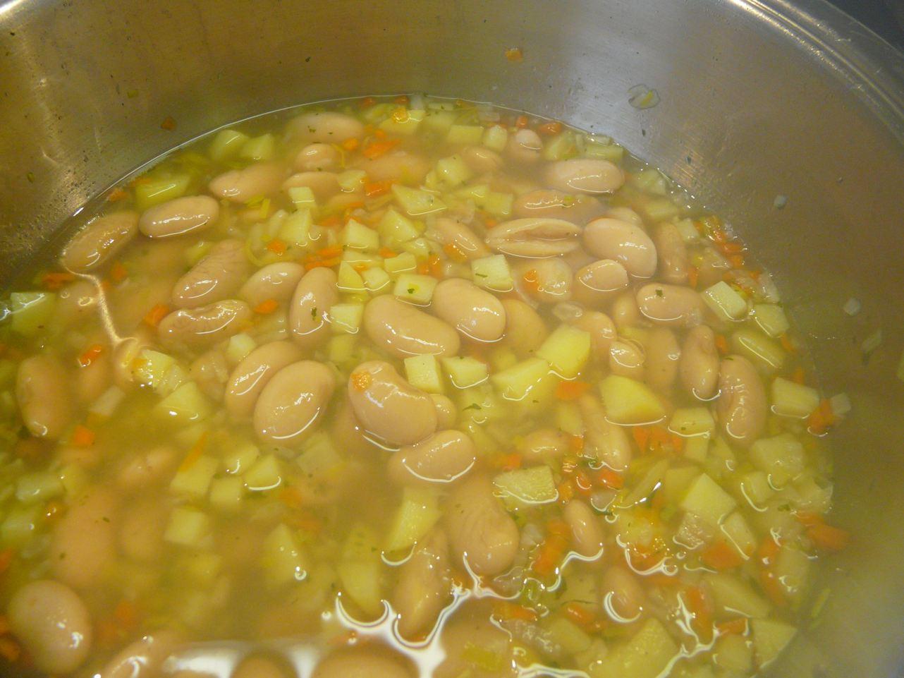 Die Suppe 20 Minuten köcheln.