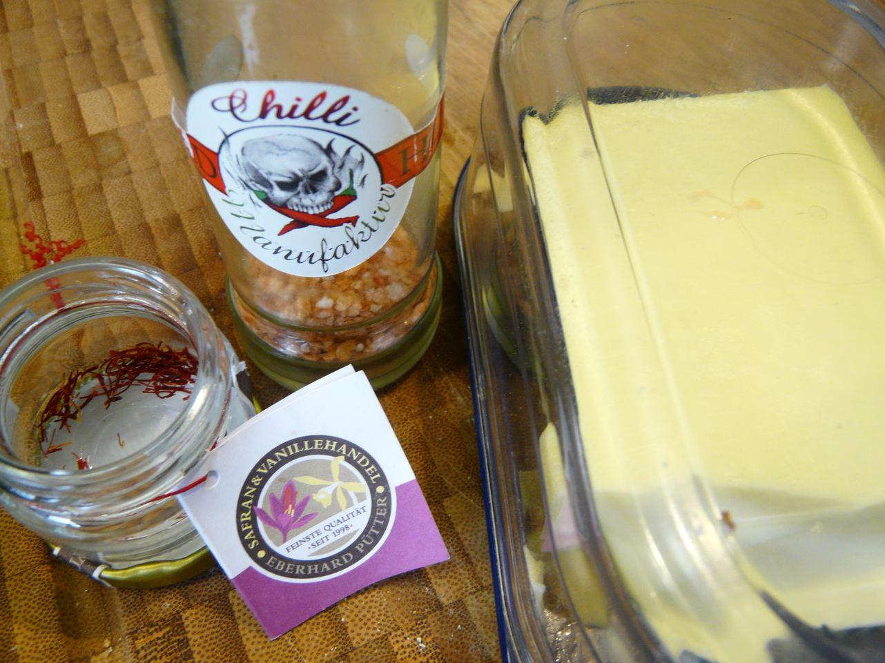 Safranfäden und geräuchertes Chilisalz