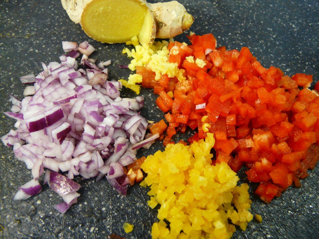 Zutaten für die Füllung: Ingwer, geräucherter Knoblauch, rote Zwiebel, Paprika
