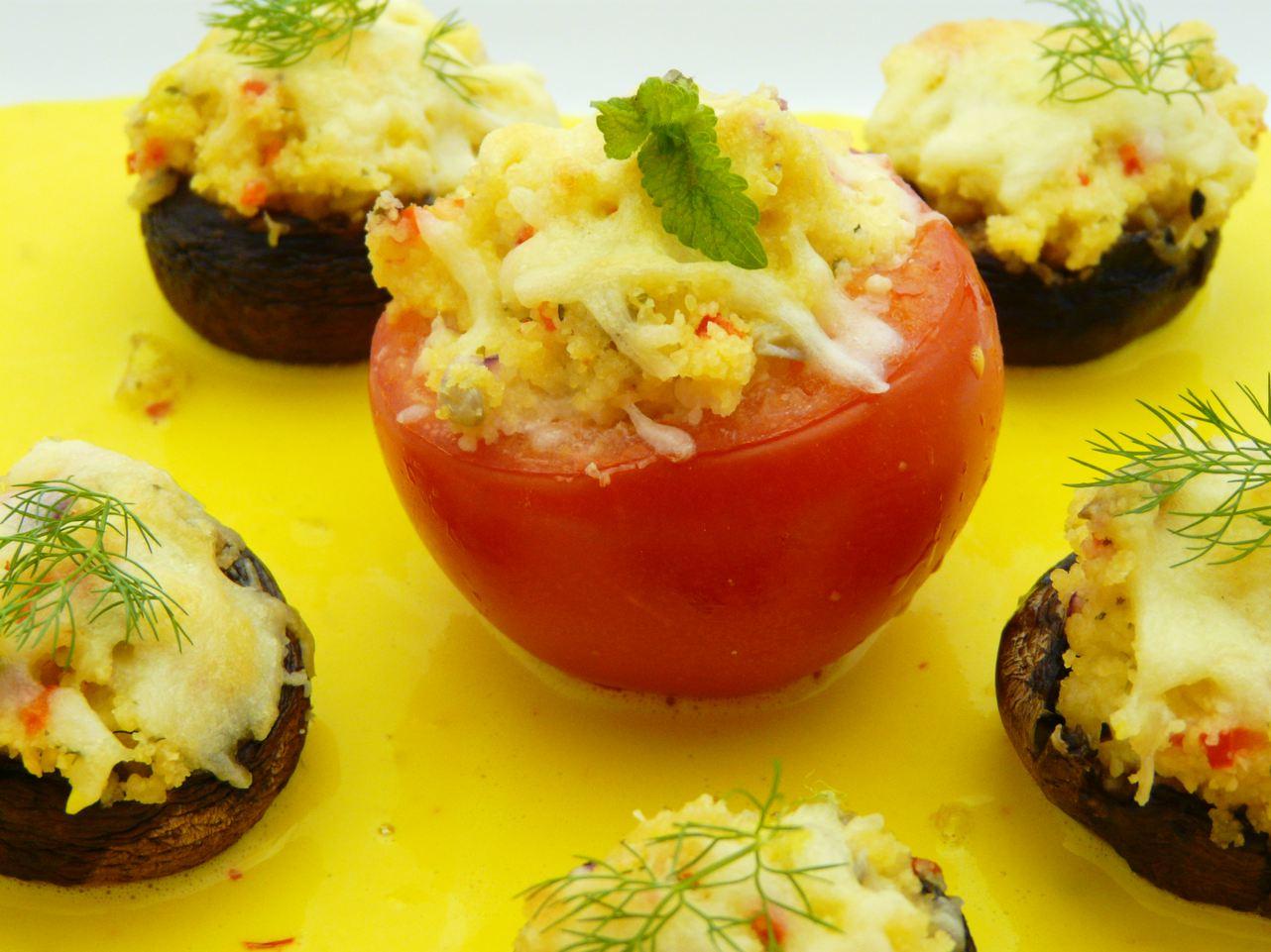 goldgelbe Safransauce mit gefüllten Tomaten und Pilzköpfen