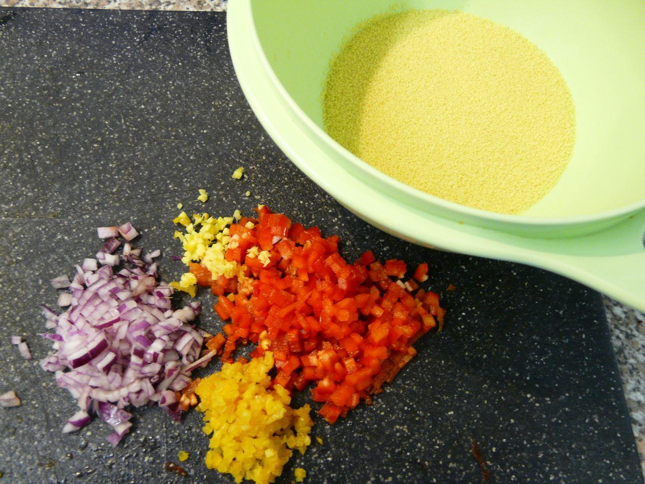 Zutaten: Cous Cous, rote Zwiebel, Paprika, Ingwer, geräucherter Knoblauch