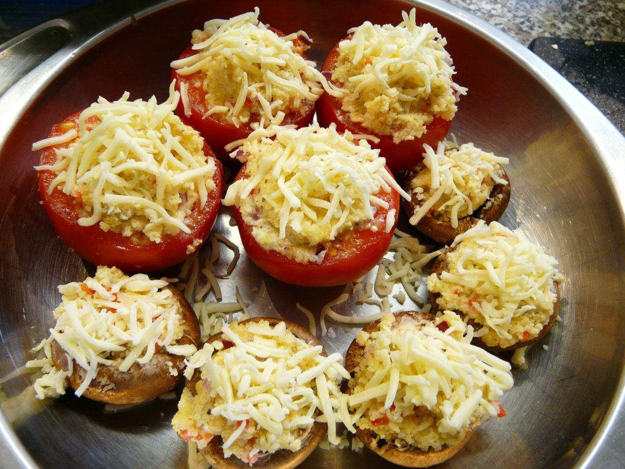 Gefüllte Tomaten mit Cous Cous und Käse bestreuen