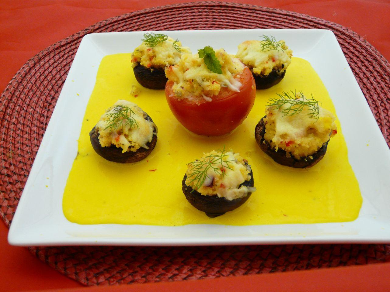 Safransauce mit gefüllten Tomaten und Pilzen
