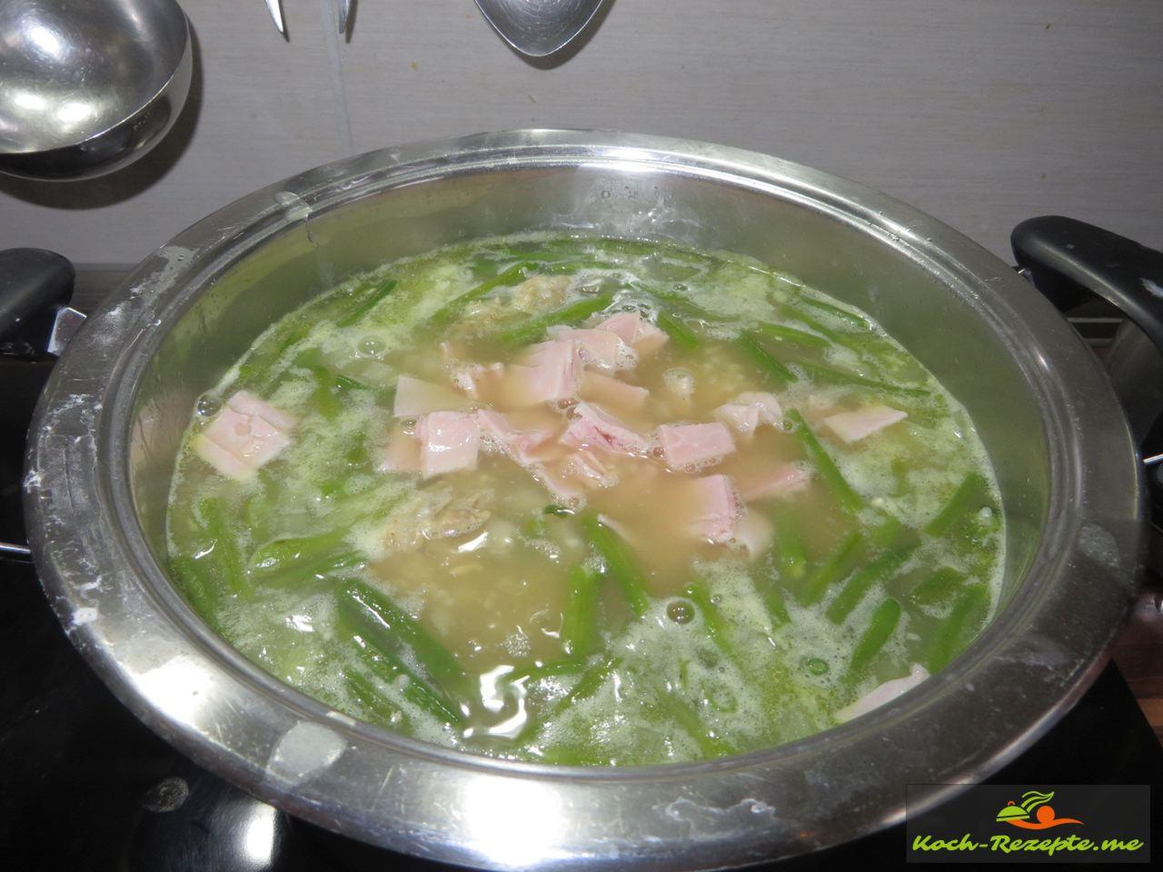 gekochten Schinken unterheben und mit der Graupensuppe ziehen lassen