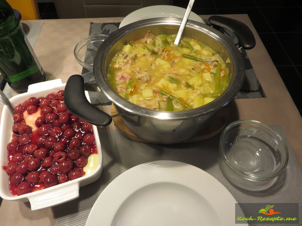 Mittagstisch, Frische Graupensuppe mit Vanillepudding und heiße Kirschen