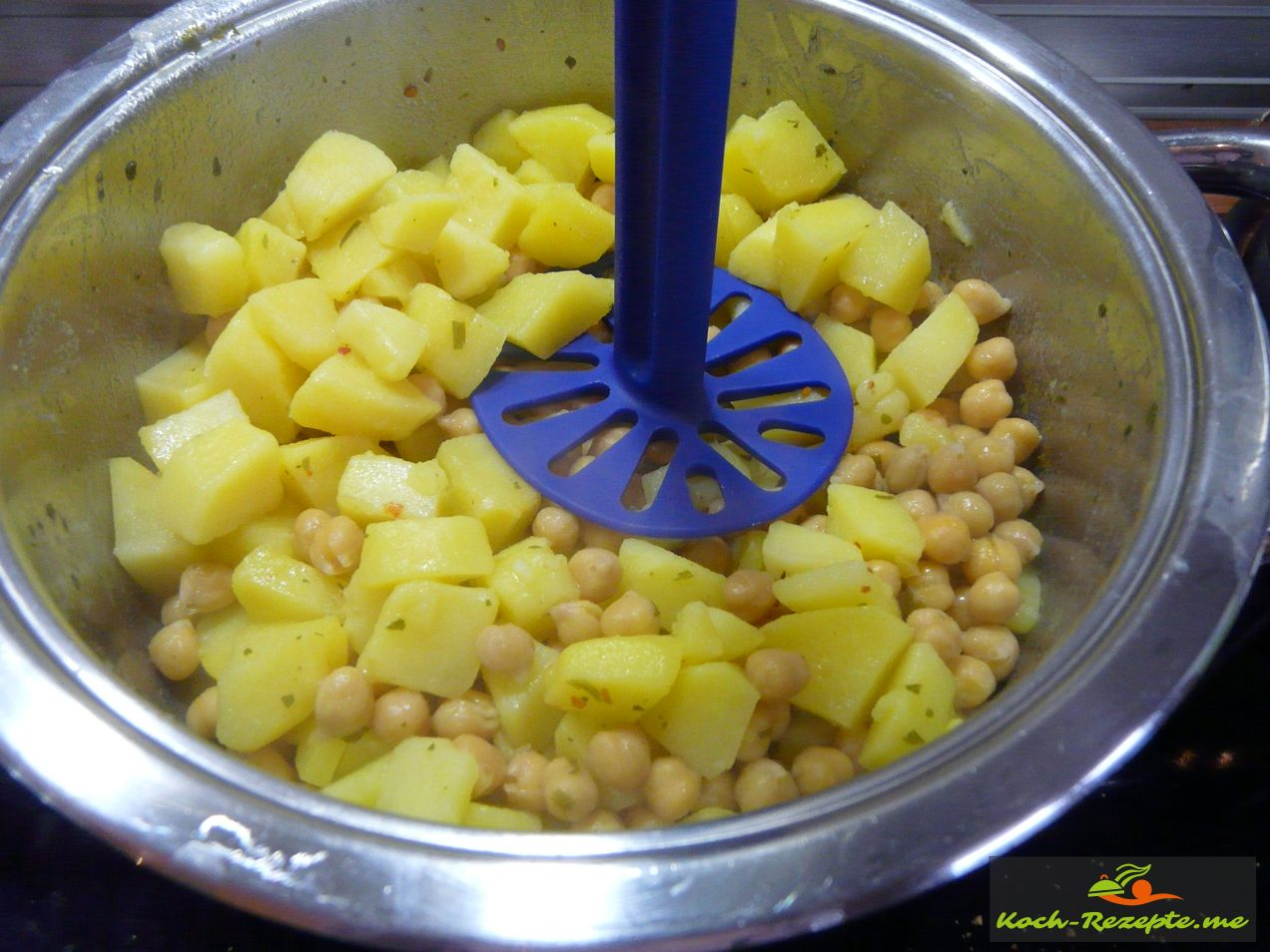 gekochte Kartoffeln mit Kichererbsen ,Milch, Butter fein stampfen