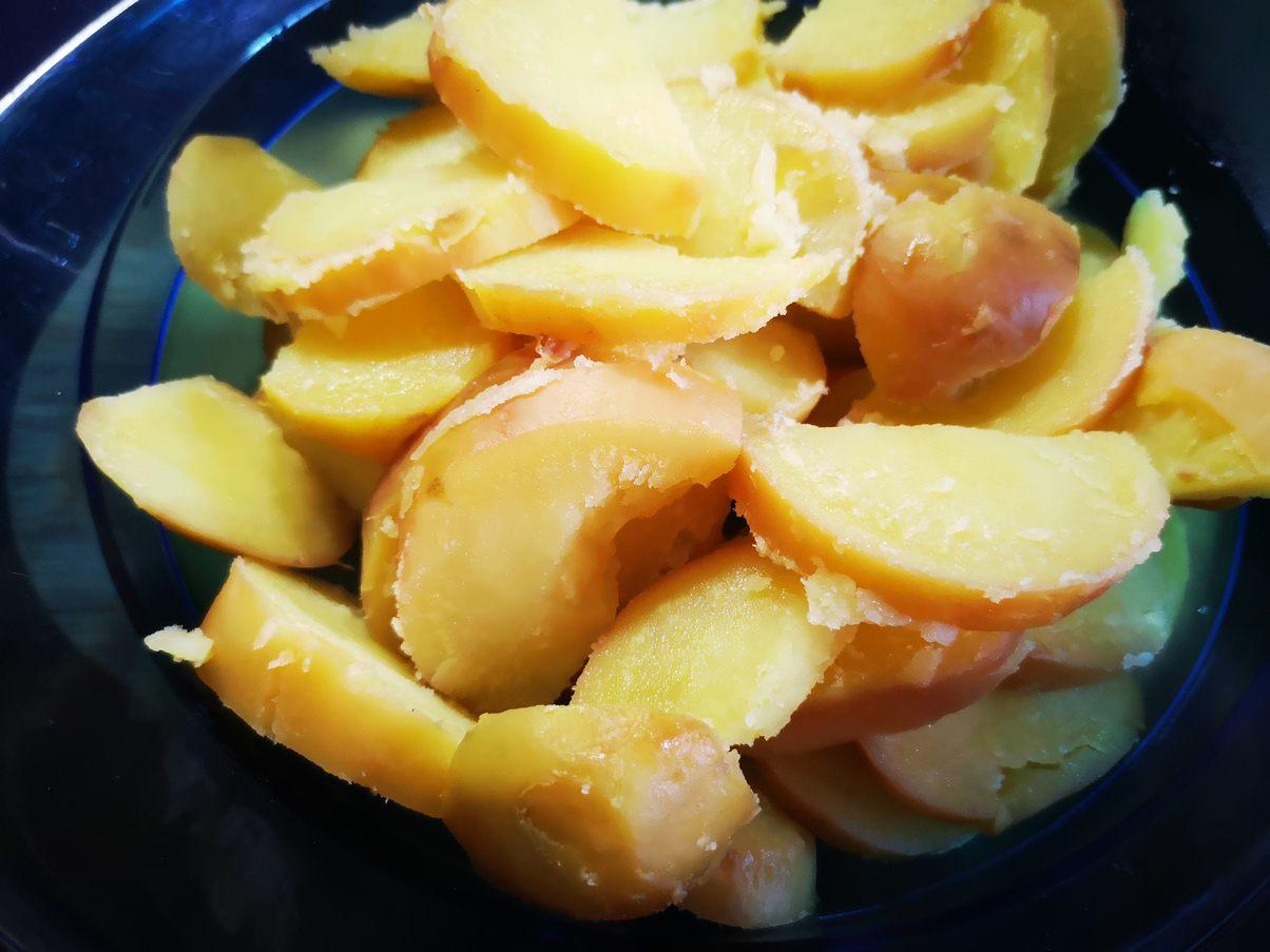 gepellte Kartoffeln in Scheiben schneiden